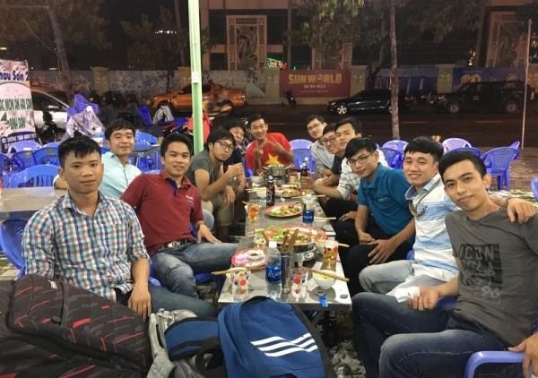 ベトナムで、現地のエンジニアたちと