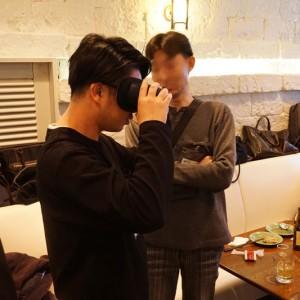 参加者は興味津々でVRゴーグルを覗きました。